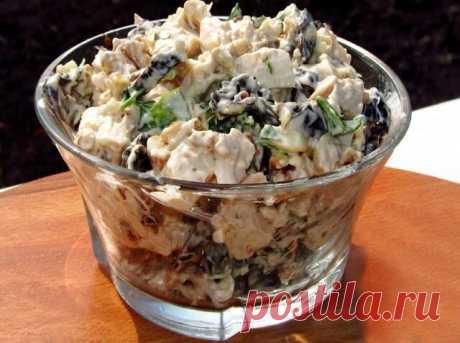 Салат с черносливом, курицей, сыром и яйцами