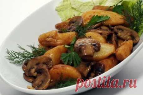 Картошка с грибами. Желательно один раз перемешать, что бы все  ингредиенты блюда прожарились равномерно. Подавать  картошку горячей и перед подачей посыпать зеленью.