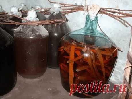 Домашний коньяк  Ингредиенты: Водка — 3 л Чернослив — 6 шт. Гвоздика — 10 шт. Сахар — 100 г Сухая заварка чая — 2 ст. л. Ванилин — 1 пакетик Приготовление: 1. Все ингредиенты — кроме водки — помещаем в банку, потом их заливаем 3-мя литрами водки. 2. Хорошо взбалтываем и ставим банку в тёмное место на трое суток, при этом, каждые сутки опять таки взбалтываем. Не бойтесь, что он сначала помутнеет. 3. Разливаем получившийся коньяк в красивые бутылки и наслаждаемся. Прия