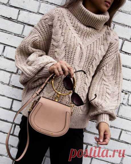 Как носить женский свитер оверсайз: фото стильных образов. Модная индустрия плотно подсела на стиль oversize: широкие джинсы бойфренды, брюки-кюлоты, пальто кокон, мужские рубашки и конечно же свитера. Удобство и комфорт – манифест современной моды. И ярким представителем этого направления является оверсайз свитер, такой комфортный и непринужденный, яркий и в то же время универсальный. Это вещь, которая выглядит размера на 2, а то и на все 3 больше того, который вы носите.