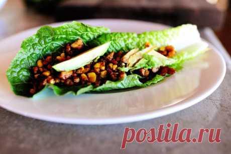 InVkus: Салатные листья с тофу и кукурузой  Это блюдо подойдет вегетарианцам и тем, кто придерживается диеты. Очень простое в исполнении, не требует кулинарного мастерства и не отнимет много времени. Сытное и в то же время низкокалорийное.