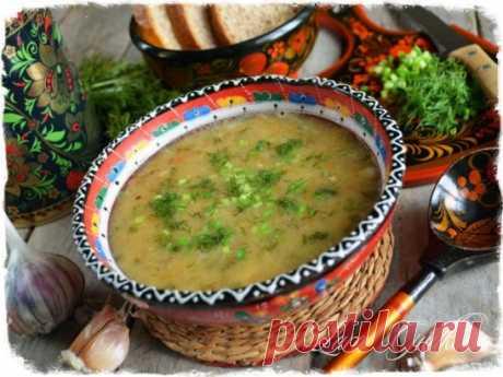 Постный гороховый суп. Очень люблю гороховый ароматный супчик. Сегодня представляю вам наипростейший постный, но очень вкусный вариант. Горох – 500 гр Вода – 3 литра Лук репчатый - 2-3 шт Морковь – 1 крупная Чеснок – одна небольшая головка Растительное масло – 50-70 мл Соль-перец Лавровый лист Семена укропа – 1/2 чай ложки Зелень – укроп, лук Горох предварительно замачиваем на несколько часов. Если не замочили, ничего страшного, ну поварите подольше. Промываем, запускаем в кипящую воду и вари