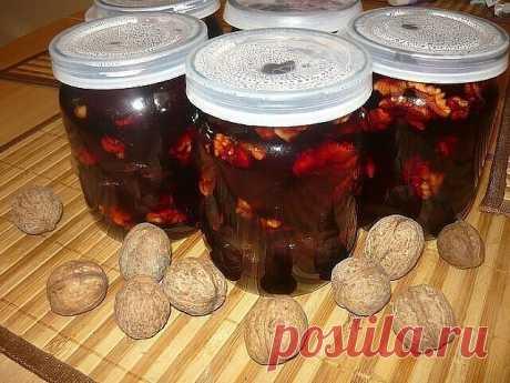 Сливовое варенье по-грузински.  Ингредиенты: — 2кг слив; — 1 чайная ложка натертого имбиря; — 1 чайная ложка корицы; — 150гп очищенных грецких орехов; — 600гр. сахара; — 1 литр воды.