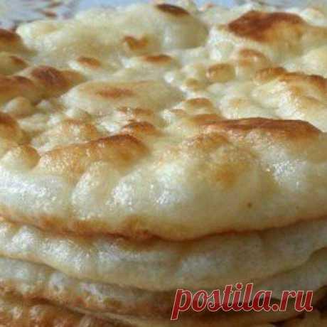 """Лепешки """"Бхатури"""" в мультиварке.  Кефир (простокваша) – 180 мл; Мука (пшеничная) – 300-350 грамм; Соль – по вкусу; Сахарный песок – 1 чайная ложка; Сода – ½ чайной ложки; Растительное масло.  В глубокую миску вливаем кефир. Затем, добавляем соду, соль, сахарный песок и просеянную через сито пшеничную муку. Замешиваем мягкое, но эластичное тесто. Накрываем тесто полотенцем и даем ему отдохнуть в течение 20-30 минут. Далее, нужно опять хорошо промесить тесто.  Придаем тесту ..."""