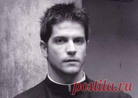 В Ватикане каждый год издается черно-белый календарь Calendario Romano со снимками молодых сексуальных итальянцев, ставших священниками