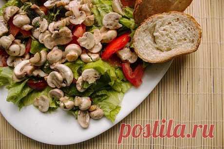 Очередной вкусный салат с почти сырыми шампиньонами.
