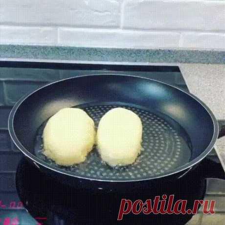 Вкуснейшее Пирожки «с секретиком»😜Воздушное, мягкое тесто🥟 Вкуснейшее Пирожки «с секретиком»😜Воздушное, мягкое тесто🥟 Моя Свекровь просто профи по выпечке, знает все секреты и нюансы! Именно по её рецепту я всегда готовлю очень легкие и вкусные пирожки,  можно налепить с разными начинками. Быстро и просто делаются еще  быстрее съедаются😋👍Рецепт супер!  Как приготовить и Ингредиенты: Молоко — 300 мл Дрожжи (сухие) — 1 ст. л. Сахар — 1 ст. л. Соль — 1 ч. л. Масло расти...