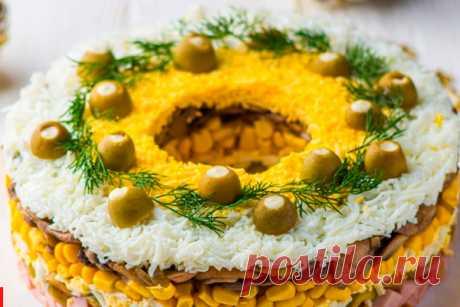 Слоеный салат с ветчиной В этом рецепте прекрасно сочетаются ветчина и оливки. А подача в виде торта делает салат достойным праздничного стола. Салат собирается