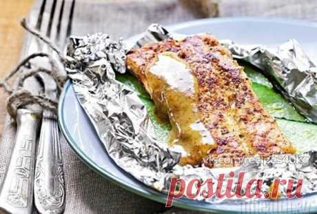 Идеальный ужин. 5 вариантов рецепта.  Все знают, что рыба очень полезна и отлично подходит для диетического ужина, а мы еще знаем, как сделать ее потрясающе вкусной! Забирайте подборку себе на стену, чтобы не потерять!  1. Рыба в фольге: лучший ужин На 100 гр. - 11 Ккал.  Ингредиенты:  • Рыба (ваша любимая) — 2 стейка • Лук — 1/2 шт. • Лимон — пару кусочков • Лавровый лист — пару штук • Черный перец, соль • Помидор — 1 шт.  Приготовление:  1. Рыбу нарезать стейками. 2. Зас...