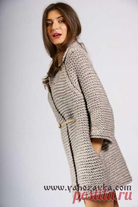 Стильное пальто спицами крупным узором.