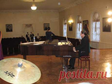 город Гатчина - знакомство с инструментом нашим гостем из Москвы Валентином Дубовским перед концертом 12 октября 2013 года