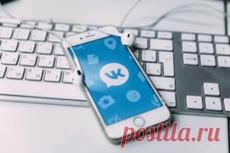 Как проверить, не взломали ли вашу учетную запись ВКонтакте Социальные сети и мессенджеры уже давно на прицеле у разного рода злоумышленников. Одни взламывают учетные записи и начинают рассылать спам по списку друзей. Другие действуют более аккуратно и после взлома начинают сливать к себе личную переписку, фото и видео. Так в лапы бандитов может попасть очень личная информация, которой делятся обычно с самыми близкими родственниками. Ниже вы узнаете, как проверить свою уче...