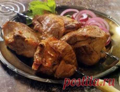 Шашлык по-карски  Особенностью шашлыка по-карски является, то что мясо для этого шашлыка режется на большие куски и берётся обязательно почечная часть бараньей корейки. Что касается маринада для шашлыка по-карски, то …