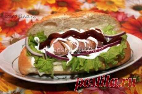 Закрытый бутерброд с сосиской в беконе.   СОСТАВ: Лук репчатый (у меня красный) — 1 шт Сосиски (сардельки) — 4 шт Бекон (нарезка) — 50 гр Багет (мини) — 4 шт Салат (листья) Майонез Горчица Кетчуп