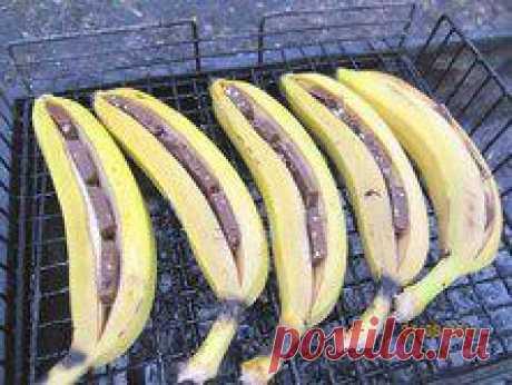 Горячий десерт на мангале: БАНАН С ШОКОЛАДОМ    Приготовление:    1. Разрезать банан вдоль не повредив кожуру снизу, иначе шоколад вытечет.   2. Греть до полного/частичного плавления шоколада.   3. Порезать поперёк, есть ложкой + мороженое - нереально вкусно!  Можно готовить в микроволновке (кожура немного подгорит)
