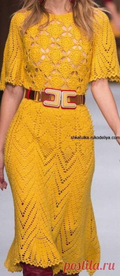 Красивое платье салатного цвета связано крючком.