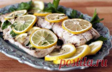 Запеченный минтай с лимоном  Итого на 100 грамм 60 ккал Б/Ж/У 12.2 / 0.8 / 1.3  Ингредиенты:  Филе минтая — 400 г Лимон — 1 шт. Соль — по вкусу Перец — по вкусу Специи для рыбы — 1-2 ч. л.  Приготовление:  1. Включите духовку нагреваться на 200 градусов. 2. Филе минтая промокните бумажным полотенцем. Оно должно быть сухое. 3. Приготовьте два больших листа фольги, каждый лист согните напополам. 4. Филе выложите в центр фольги. 5. Посыпьте рыбу специями, со...