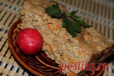 Мясная запеканка, как в детском садике.  Ингредиенты:  - 0,5 кг сырого куриного фарша, - 1 ст. отварного риса, - луковица кубиком, - морковь натереть. (Лук и морковь обжарить) - Взбить 3 яйца, - с 1-2 ст.л сметаны, - соль - перец  Приготовление:   Соединить все ингредиенты, хорошо перемешать. Форму смазать сливочным маслом выложить в форму всю массу и отправить в разогретую духовку на 40-45 мин. Ориентируйтесь по своей духовке. Очень вкусная и сытая запеканочка.  Приятного аппетита!