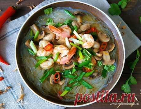 Острый креветочный суп. Ингредиенты: креветки, шампиньоны свежие, куриный бульон