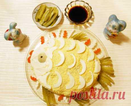 Слоёный салат с горбушей, рисом и яйцами - рецепт с фото пошагово