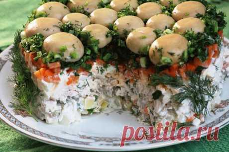 Салат Грибная поляна. Вкусный и простой в приготовлении салат на праздничный стол Предлагаю вашему вниманию чудесный слоёный салат с маринованными грибами и куриной грудкой. Вкус у салата очень нежный и ненавязчивый, его хочется съесть ещё и ещё. Салат получается красивым и нарядны