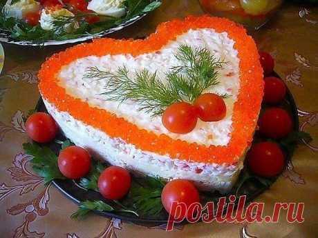 """Салат """"Нежное сердце"""".  А такой салат обычно готовлю на праздничный стол. Советую и вам такой приготовить, он довольно нежный и вкусный.  Ингредиенты: Картофель 4 шт Яица 3 шт Сыр твердый 150 гр Крабовые палочки 1 пачка Майонез  для украшения: Икра красная Помидоры черри Укроп  Приготовление: Отварить 4 картофелины и три яйца, остудить, почистить, нтереть на терке. Крабовые палочки порезать мелкими квадратиками, сыр потереть на терке.  Готовим: укладываем по..."""