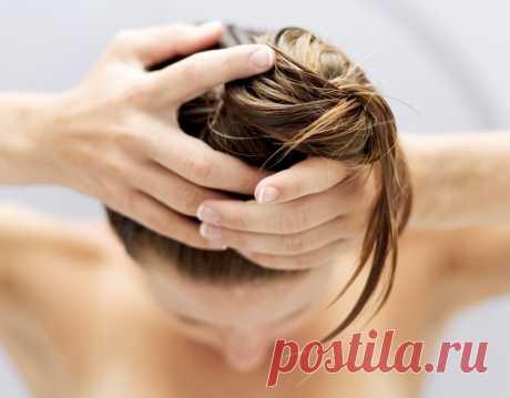 Домашние маски против выпадения волос Проблема потери здоровых волос время от времени затрагивает женщин и мужчин. Если мужчинам в этом плане проще, многие считают, что лысина у мужчины — это привлекательно, то для женщин эта «неприятность» — очень даже серьезная проблема.