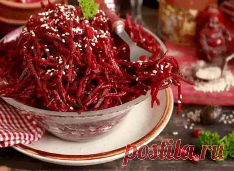 СВЕКЛА ПО-КОРЕЙСКИ - ЗАКУСКА ВНЕ КОНКУРЕНЦИИ!  Эта закуска может стать хитом на вашем столе. Готовится из свеклы и является кладом витаминов .  Продукты для салата: сырая свекла 3 шт. головка лука 1 шт. чеснок 3 зубка семена кинзы 1 ч. ложка красный молотый перец 0,5 чайной ложки уксус 1 – 0,5 ст. ложки Сырую свеклу натереть на тёрке, немножко посолить и добавить уксус. Оставить мариноваться на 2 – 3 часа. после чего появившееся сок слить. Лук поджарить на растительном мас...