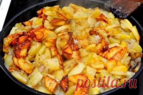 Жареная картошка с луком  Ингредиенты:Картофель — 8 шт (среднего размера)Лук репчатый — 1 штМасло растительноеСоль Рецепт приготовления жареной картошки с луком:Сперва картофель необходимо очистить и нарезать на небольшие кус…