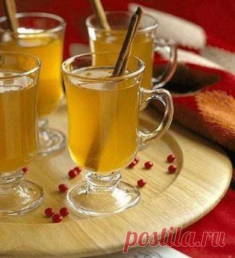 Медовый сбитень Зимой в студеные дни, когда так сильно ощущается недостаток солнечного тепла, особенным признанием пользовался сбитень медовый — традиционный русский напиток