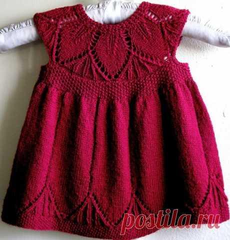 Ажурное платье для девочки  На 0-3 мес(6-9 мес)1-1,5 года  Объём в талии по нижнему краю платья — 37(40)44см, вся длина, измеренная с середины переда-26(29)33 см.     Вам потребуется: пряжа Sandnes mini alpakka (100% альпакка, 150 м/50 г)- 150(200)200 г красного цвета, 3 маленькие пуговицы, крючок № 2,5, круговые и обычные спицы №3.  Плотность вязания: 27п. гладью=10 см.  Узоры. Жемчужный узор: 1й ряд: 1 лиц.п., 1 изн.п. 2й ряд: вяжите лицевые петли изн., изнаночные — лиц....