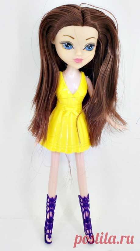 Кукла с большими голубыми глазами и длинными каштановыми волосами от китайских производителей. Имеет в наборе следующие аксессуары: яркое желтое платье и модные фиолетовые туфли до колен.