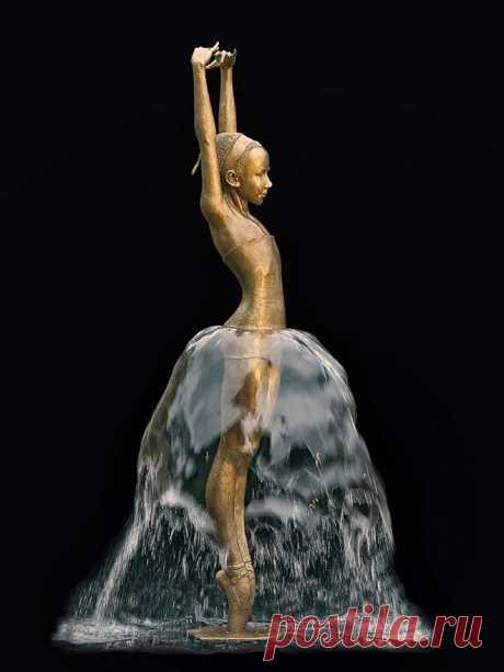 Когда вода и бронза дополняют друг друга, они превращаются в потрясающий оживший фонтан