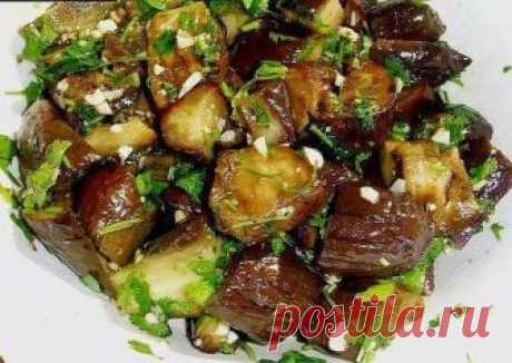 БАКЛАЖАНЫ КАК ГРИБЫ  Отличная закуска из баклажан, вкус напоминает грибы. Такое блюдо можно подавать на праздничный стол в виде закуски, можно, конечно же, и так на обед или ужин. Готовится очень быстро и просто, желательно готовить ее вечером и настаивать ночью, чтоб баклажаны вобрали аромат и вкус чеснока и укропа.  Ингредиенты:  Баклажаны 2 кг. Чеснок 1 головка. Укроп 250-300 гр. Масло подсолнечное 1,5 стакана. Уксус 9% 8-10 сл. л. Соль 1,5-2 ст. л. Вода 2, 5 литра.  Пр...