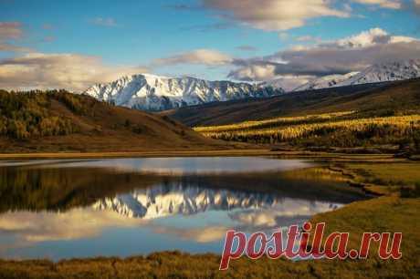 Северо-Чуйский хребет в отражении глади озера Джангысколь, Алтай. Автор фотографии - Людмила Гавриленко: