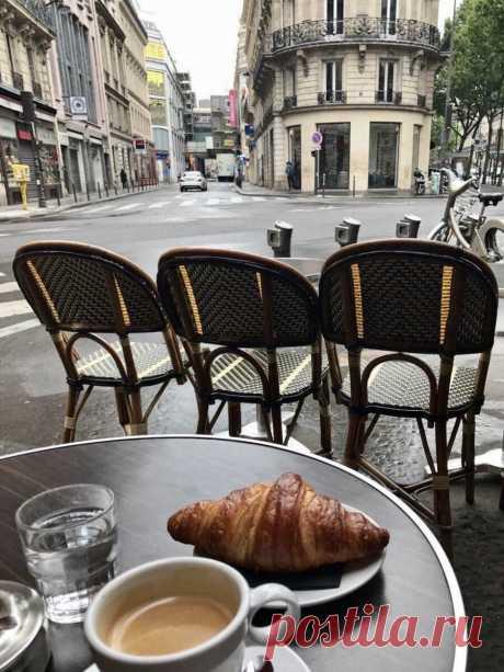 Завтрак в Париже, Франция, кофе и круассан