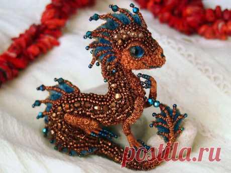 Невероятно красивые броши в виде маленьких сказочных драконов ручной работы - медиаплатформа МирТесен Талантливая мастерица Алена Литвин создает невероятно красивые броши из бисера в виде маленьких сказочных драконов. В своих работа она использует также пайетки и текстиль, жемчужные бусины и камни Выглядят эти маленькие дракончики просто сказочно!