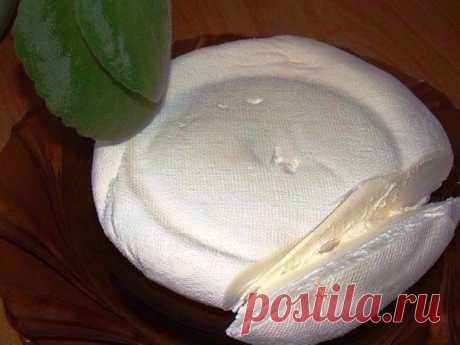 Маскарпоне в домашних условиях  В магазинах сыр маскарпоне довольно трудно найти, и стоит он не дешево. Дешевле и натуральней будет сделать сыр дома, используя при этом домашнюю сметану. От жирности сметаны – зависит жирность маска…
