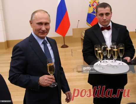 Президент России Владимир Путин держит в руках бокал шампанского... Новости Фото-Getty Images
