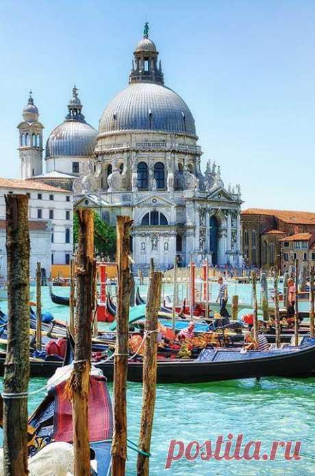 Сказочная романтичная Венеция. Исторический центр расположен на 118 островах Венецианской лагуны, разделённых 150 каналами и протоками, через которые переброшено около 400 мостов. Венеция, Италия