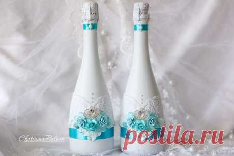 Декор свадебных бутылок – заказать на Ярмарке Мастеров – H6YN7RU | Бутылки свадебные, Уфа Декор свадебных бутылок в интернет-магазине на Ярмарке Мастеров. Свадебные бутылки в бирюзовом оформлении. Бутылки окрашены краской, украшены брошами в виде короны, цветами, кружевом и  бусинами. На заказ возможна любая цветовая гамма. В едином стиле можно сделать и другие свадебные аксессуары.