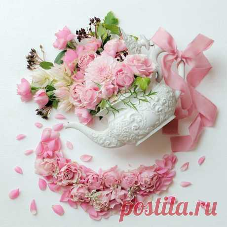 Милые, добрые, нежные дамы: бабушки, тёти, любимые мамы! С праздником вас от души поздравляем, только счастливыми быть вам желаем!