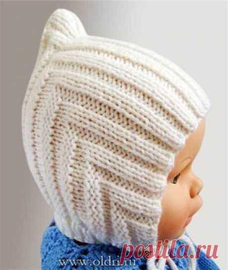 Детская вязаная шапочка спицами для новорожденного    Детская шапочка связана одной деталью, сложенной пополам и сшитой сзади, к которой затем пришита узкая планка вдоль нижнего края, надежно закрепляющая шапочку на голове малыша. Показать полностью…