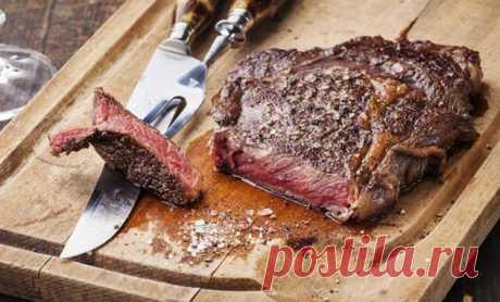 6 инструментов из поварских запасов, которые помогают готовить мясо вкуснее | Люблю Себя Далеко не всёво вкусе поварских блюд зависитот качества ингредиентов. У настоящего профи есть целый арсенал средств, который позволяет решить любую текущую задачу. Взять, к примеру, мясо. Кусок кажется жестким, и повар достает тендерайзер. Подготовит кусок к жарке он особым ножом, а доскубудет использовать такую, которая не впитывает запах еды. В итоге в результате простых, но эффек...