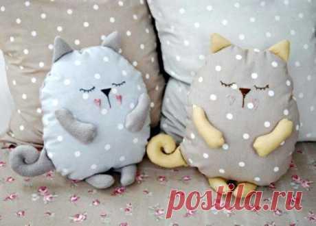 ¿No sabéis, cómo dar a la habitación el tipo confortable? Añadan allá simplemente a los gatitos \ud83d\ude09 o las almohadas-gatos insólitas decorativas.
