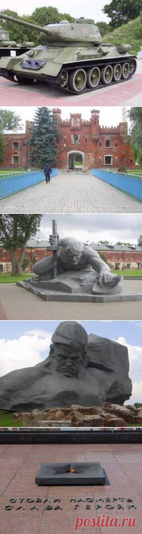 """Брестская крепость - главные ворота; манумент """" Жажда  выставка военной техники"""