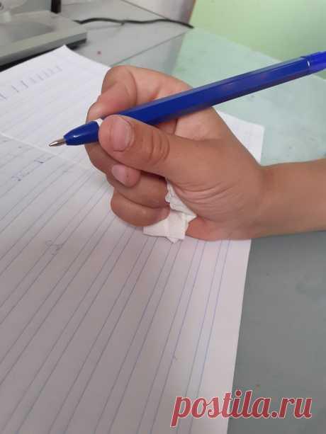 Проверенный способ научить ребёнка правильно держать ручку. Пошаговое фото. | ОТНОШЕНИЯ В ЖИЗНИ | Яндекс Дзен