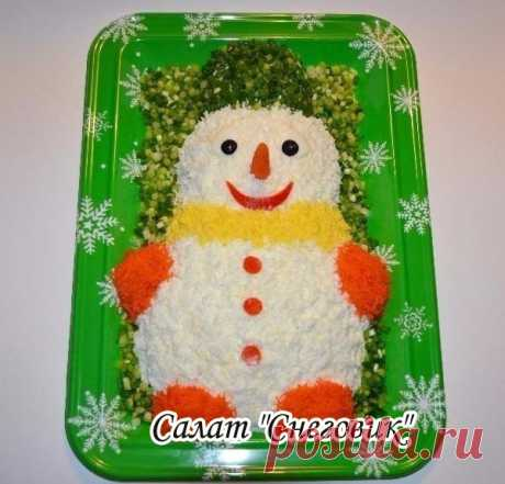 """Салат """"Снеговик""""  Необходимые продукты:  Картофель - 2 шт  Грибы маринованные - 250 г Куриное филе - 0,5 кг Огурцы маринованные - 3-4 шт. (~ 150 г) Яйца - 5 шт. Майонез - 250 г"""