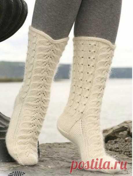 Простой способ вязания носков пятью чулочными спицами  Эти теплые уютные носки можно связать на 5 спицах своими руками. И если даже вы раньше этого не делали, то заманчиво, правда, связать такую красоту самому. А уж о экономии семейного бюджета и говорить не приходится. И так мапстер класс по вязанию носков на 5 спицах: Носки вяжут на 5 спицах по кругу, чаще всего чулочной вязкой, начиная с манжеты или резинки. Расчет Чтобы узнать, сколько петель нужно набрать на спицы в н...