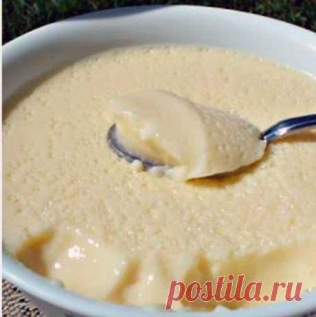 Нежнейший сливочный десерт для тех, кто следит за фигурой  Этот крем можно использовать как в тортах и пирожных, так и в качестве отдельного десертного блюда.  Ингредиенты  - 3 куриных яйца; - 0,5 стакана молока; - 12 столовых ложек нежирной сметаны; - 4 сто…